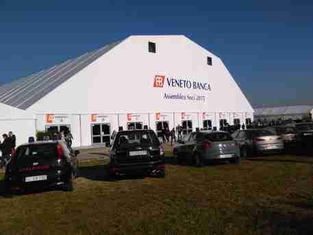 L'esterno del luogo dove si svolge l'assemblea dei soci Veneto Banca a Venegazzù di Volpago del Montello, 19 dicembre 2015. ANSA/Gianni  Favero